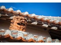 ホテル前の浮島通りから連なり交錯する多くの個性的で魅力的な「壺屋やちむん通り」屋根のシーサー