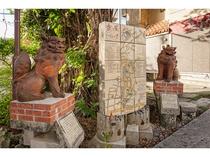 ホテル前の浮島通りから連なり交錯する多くの個性的で魅力的な「壺屋やちむん通り」東の入り口