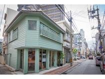 ホテル前の浮島通り、魅力的で個性的な新旧の店舗が入り混じる小路。