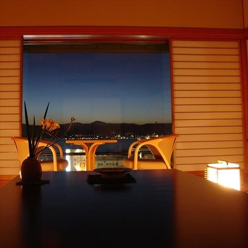 時間を忘れ、諏訪湖畔の夜景を楽しむ