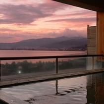 諏訪湖の夕景を見るために訪れるリピーターも多い