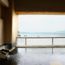 空と湖を眺めながらゆっくりお風呂をおたのしみください