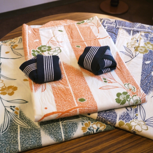【お浴衣】客室には色鮮やかな浴衣をセットしております。