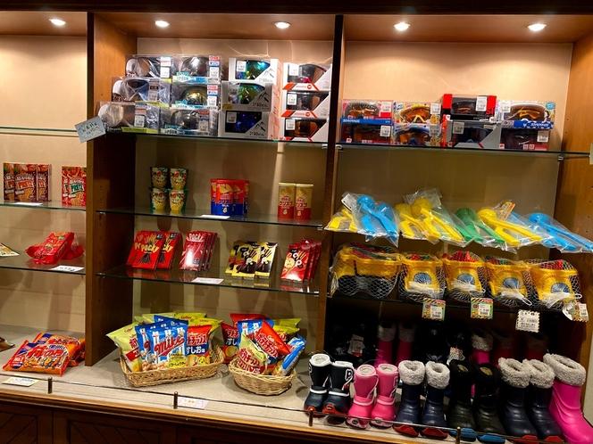売店。スキー・スノボ小物用品も多く取り扱っております。