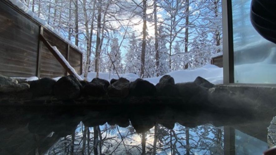 森に囲まれた大浴場