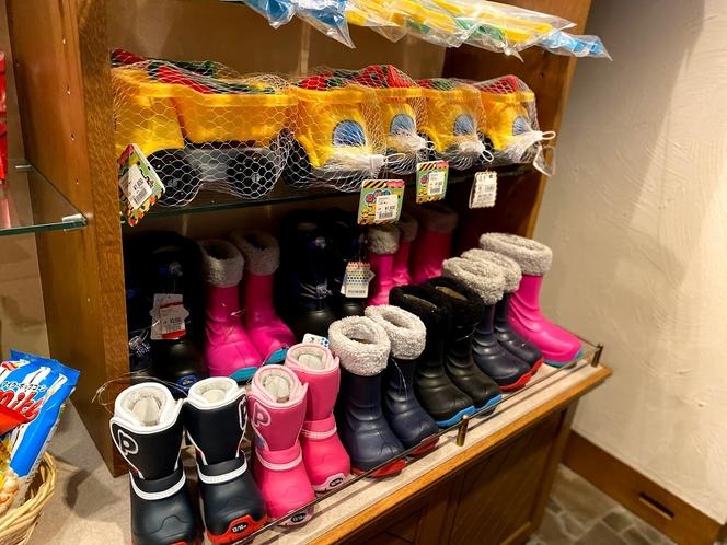 売店。お子様の雪遊び用具も数多く取り揃えております。