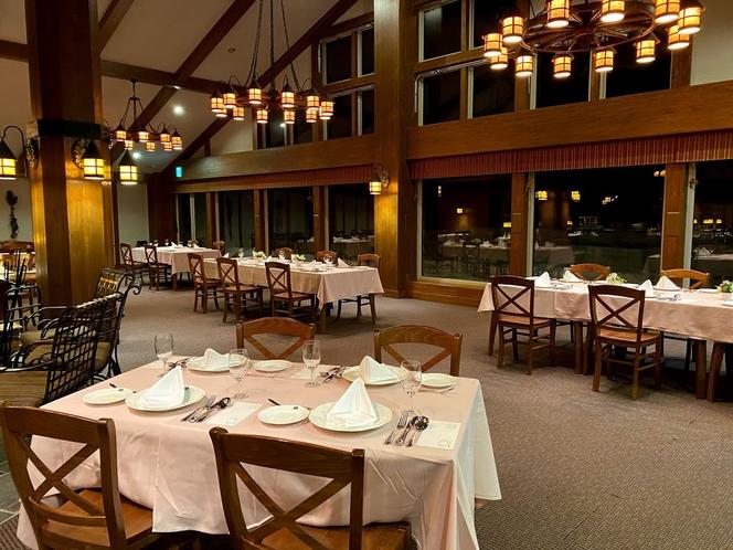 夜のレストラン。