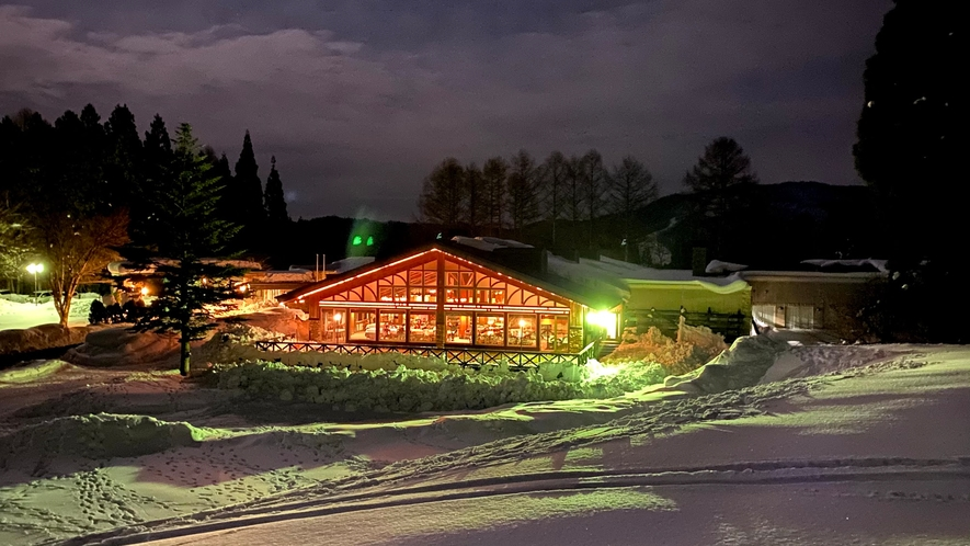 白馬さのさかスキー場より夜のレストランを望む。