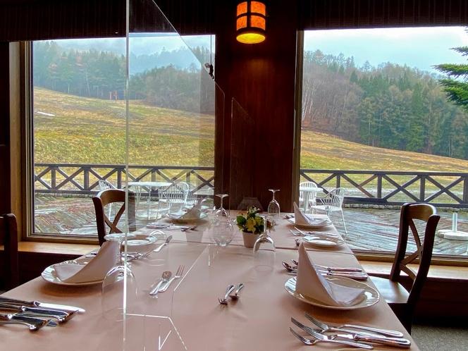 アクリル板も設置しております。新緑のメインレストラン