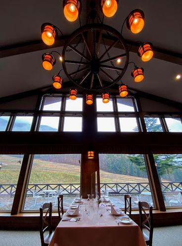 天井まで5メートル以上の、広々としたレストラン