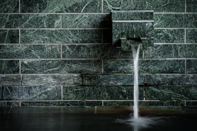 青石をふんだんに使用した大浴場