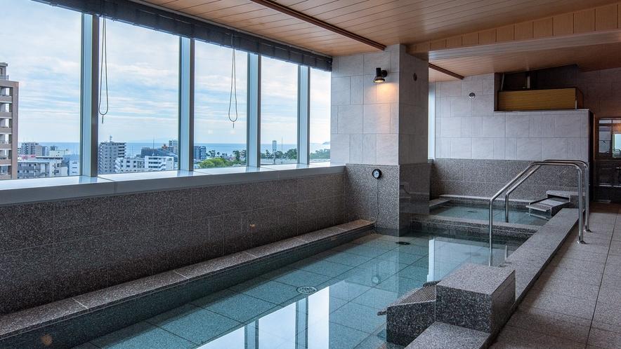 窓を大きく取り、湯船から開放感を楽しめる大浴場(女性大浴場)