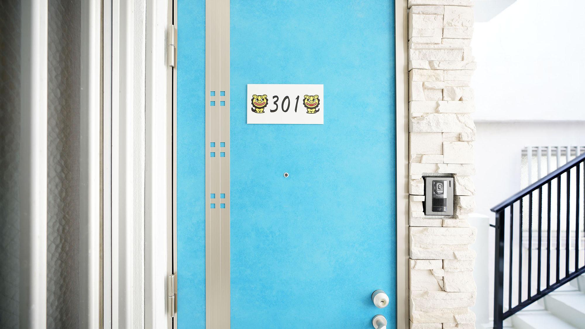 ・301号室:沖縄の海のようなブルーの扉が目印です★