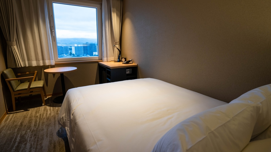 ダブルベッドをご用意しております。機能的且つスタイリッシュなお部屋は様々な場面でご利用頂けます。