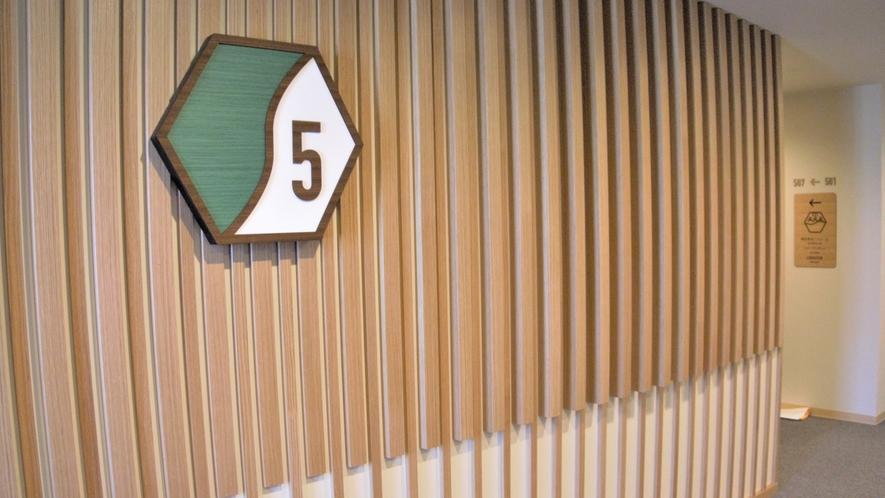 木の温もりを感じる内装は、グループ会社の小島工作所の手作りです