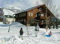 広い庭で雪遊び