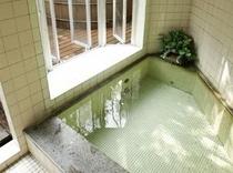 天然温泉の内湯は2か所。貸切り無料です。