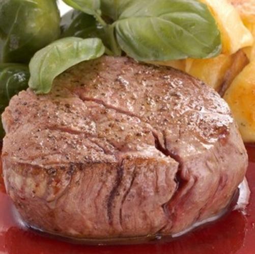 お肉料理例 牛ヒレのロティ ヤマモモソース