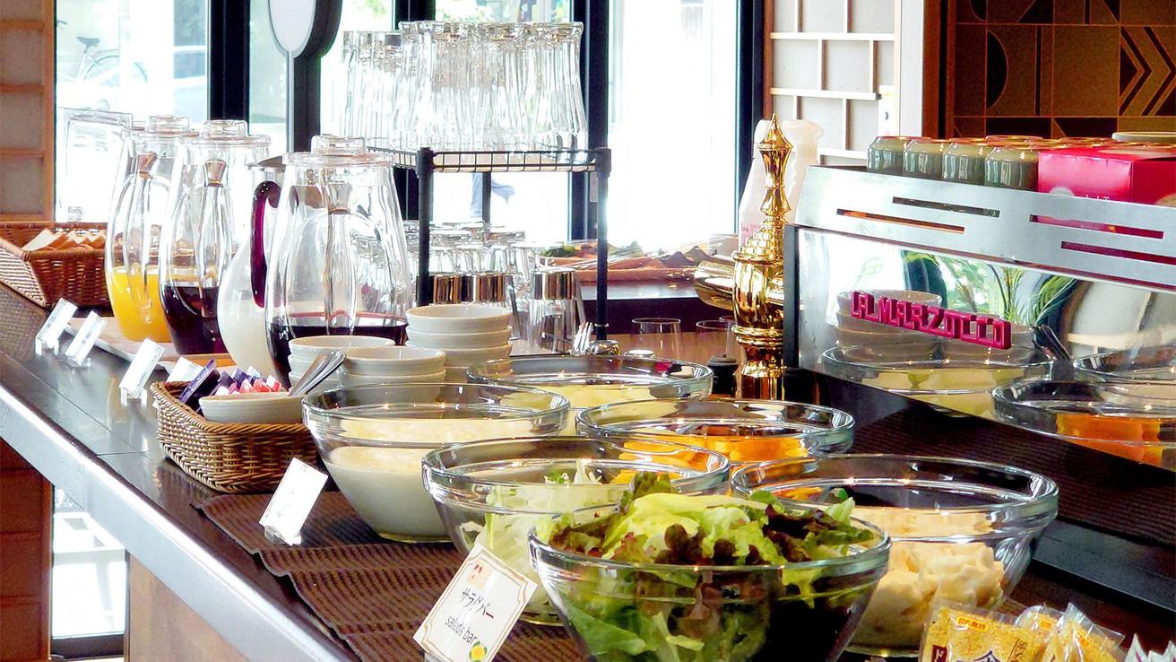 【朝食】選べる和洋プレートに加え、パンや新鮮なサラダなどのブッフェ形式のメニューもご用意