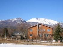 新春の浅間山とペンション野ばら