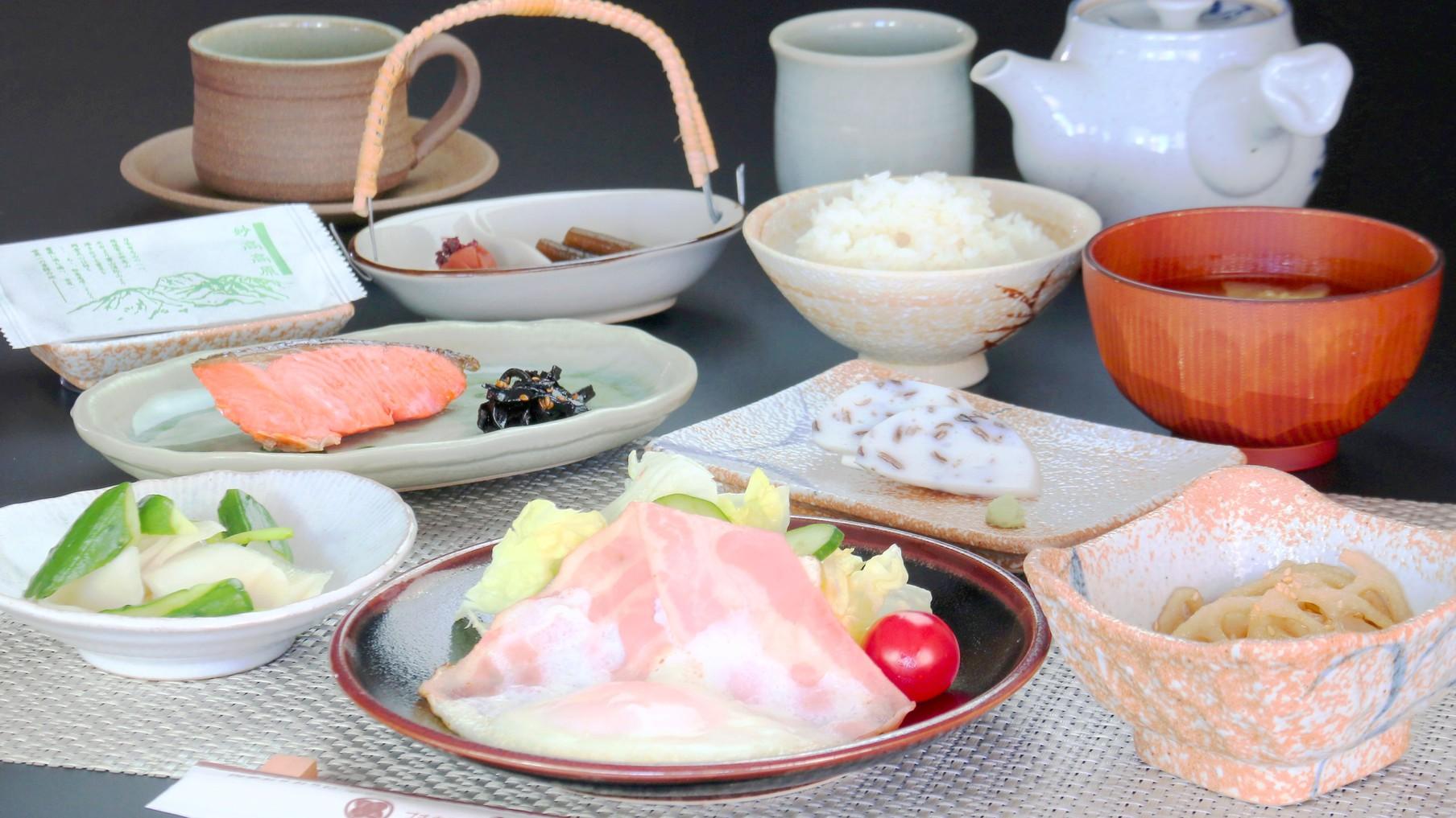 食事◆朝食の一例。新潟のおいしいお米と色とりどりの山海の幸。ごはんがすすむ和朝食です。