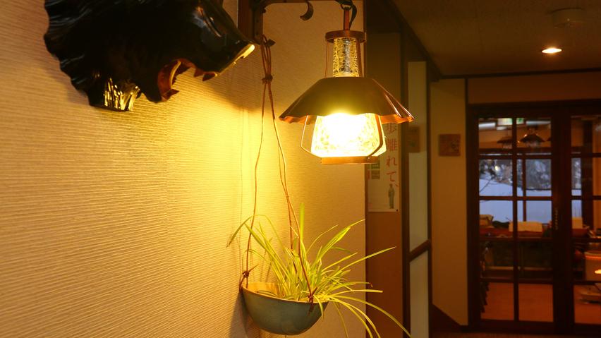 館内◆ランプの灯りが温かく照らす、落ち着いた館内。