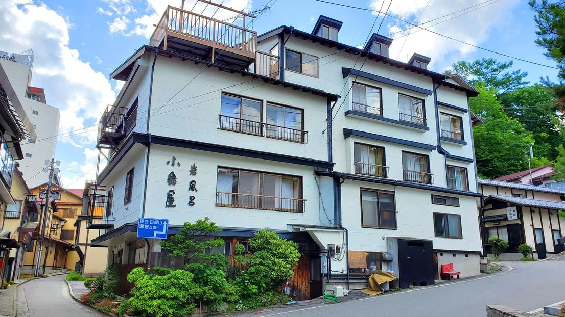 全室禁煙8室の小さな旅館「小島屋旅館」です。湯畑より徒歩2分の立地です。