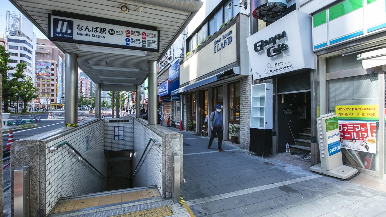 1.大阪メトロなんば駅14番出入口を出たら、Uターンして北向きに直進します。