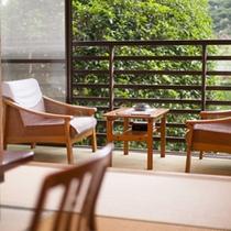 游月山荘のお部屋は、豪華さこそございませんが、古き良き木造数寄屋造りの温かみを感じていただけます。