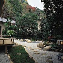 露天風呂付◆貴賓室 曲水亭-夕顔-◆専用のお庭では、日本庭園らしい風情をお楽しみいただけます。