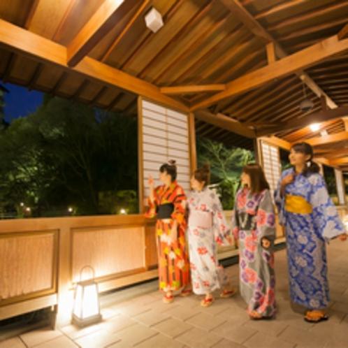 月光橋◆客室棟へと架かる月光橋は、館内随一の撮影スポットです!