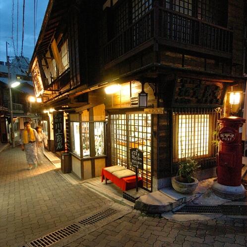 【月光園から徒歩5分】湯本(ゆもと)坂◆お土産屋さんの立ち並ぶ観光スポット。
