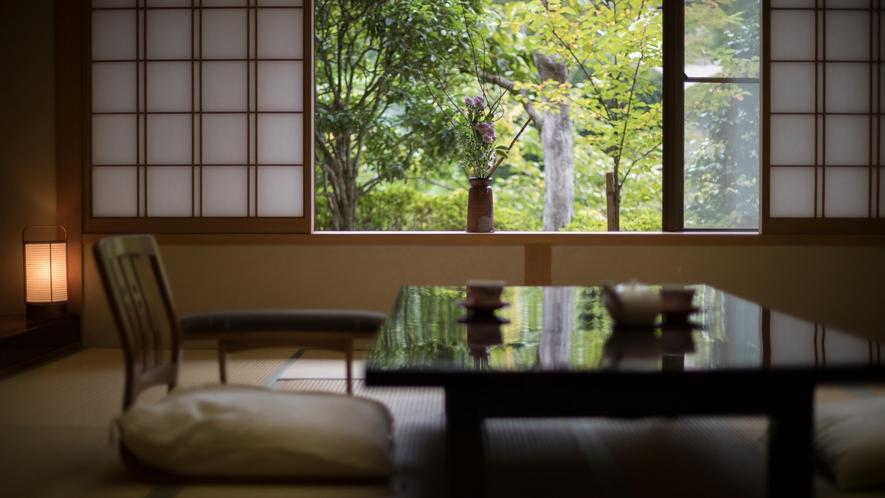 游月山荘のお部屋は、豪華さこそございませんが、古き良き木造数寄屋造りの風情を感じていただけます。
