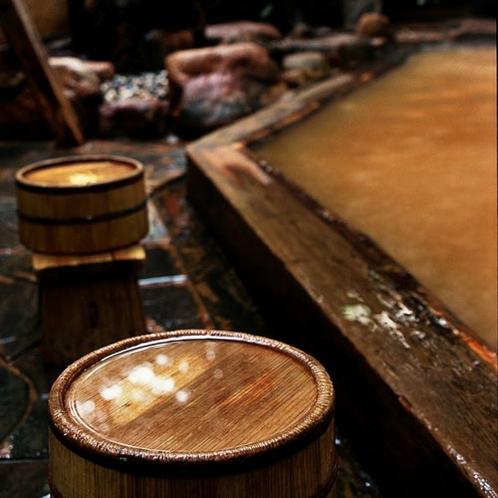 殿方大浴場「鶴の湯」◆広さこそございませんが、金泉の露天風呂がございます。風情あるお風呂です。