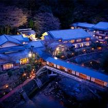 立地に恵まれた月光園◆自然あふれる静かな山あいに在りながらも、温泉街まで徒歩10分と好アクセス。
