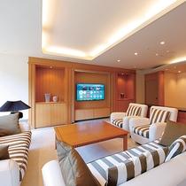 最上階ロイヤルスイート◆リビングルームには60インチの4k対応テレビをご用意しております。