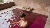 貸切テーマ風呂【ワイン】◆広々とした造りと、ワインの芳醇な香りと美容成分から女性に人気のお風呂です。