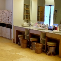 浴場アメニティ◆大浴場、貸切テーマ風呂には冷水機や化粧水など、各種アメニティを取り揃えております。
