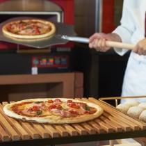 石窯で焼き上げる熱々ピッツァや田舎パン