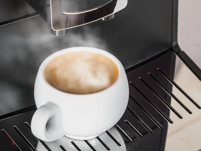 スイートフロアの客室には「ネスプレッソマシン」を設置。いれたてのコーヒーを召し上がっていただけます。