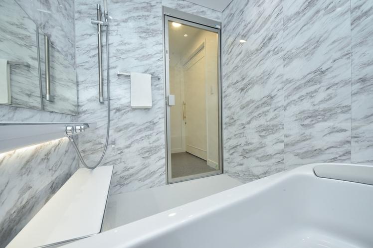 「ラグジュアリースイート」独立型・レインシャワー付きバスルーム