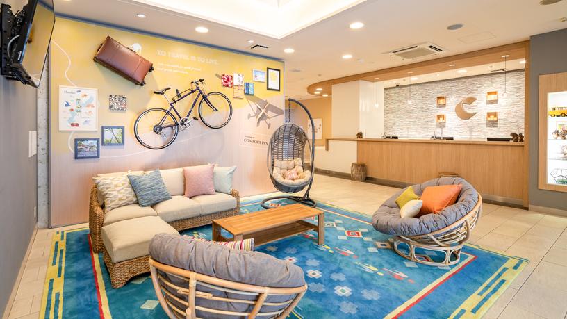 【フロント・ロビースペース】リゾート感のある開放的なスペースです。