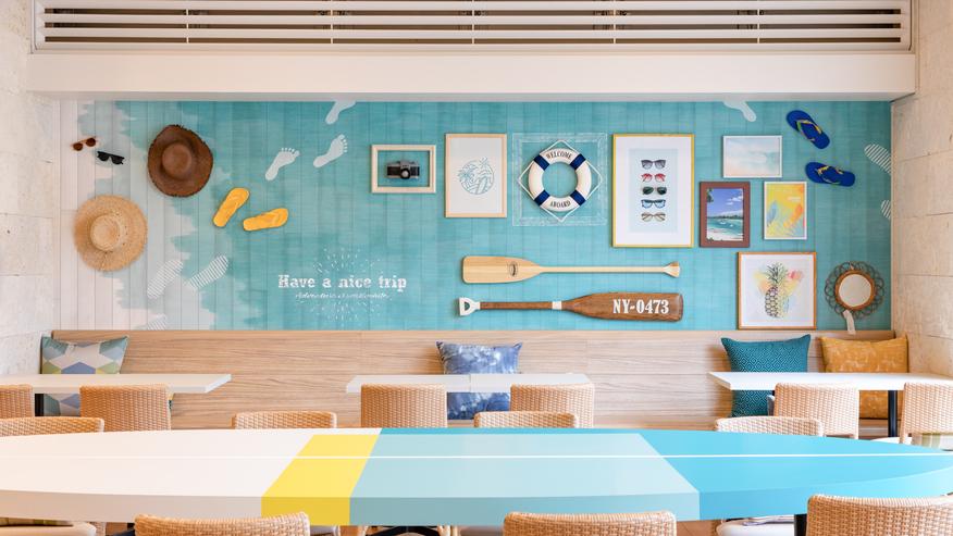 【ラウンジスペース】沖縄らしい海をイメージした内装。明るい雰囲気で旅も盛り上がります。