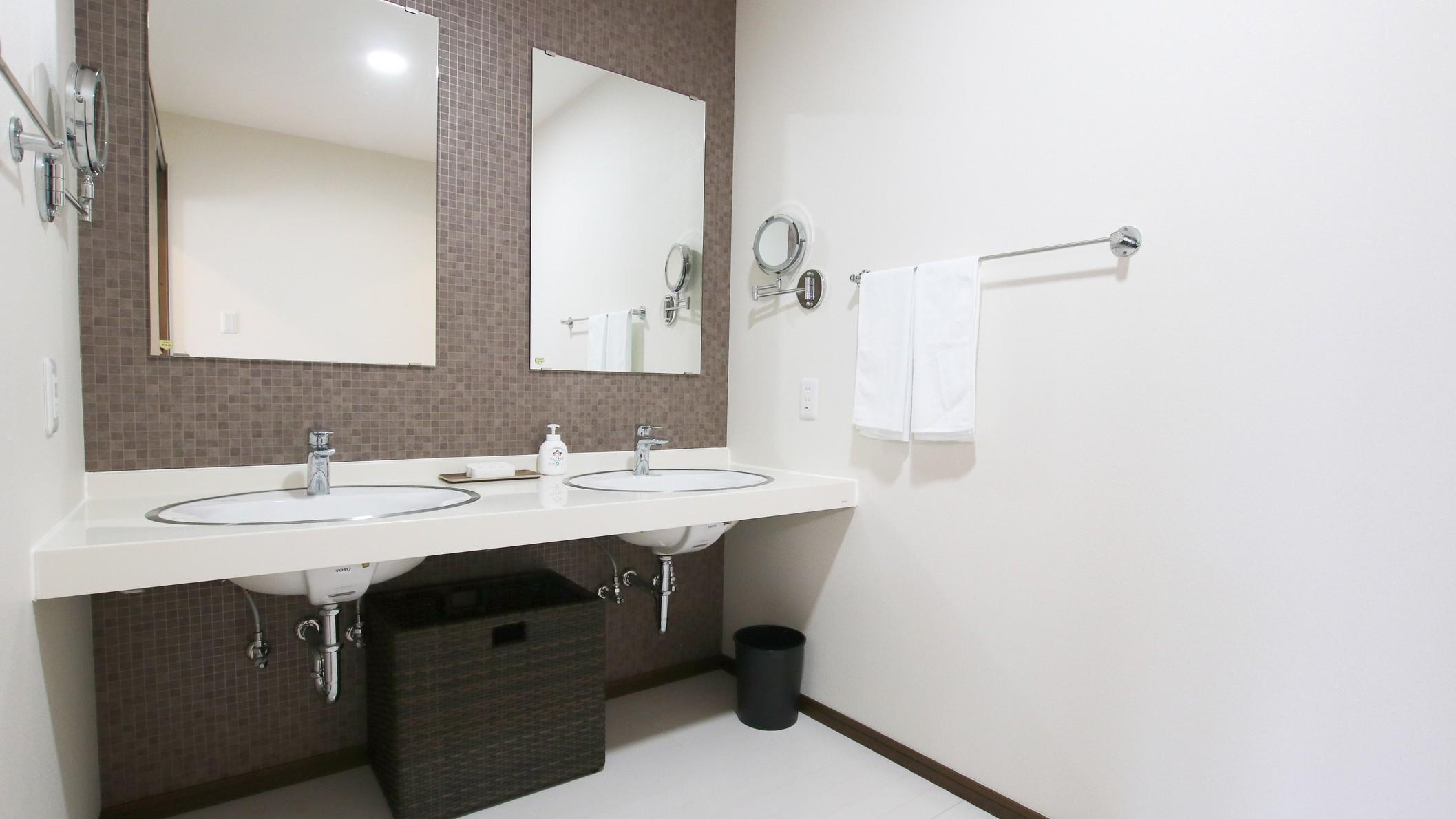 101:朝のお支度にも便利!洗面台は2面ございます。