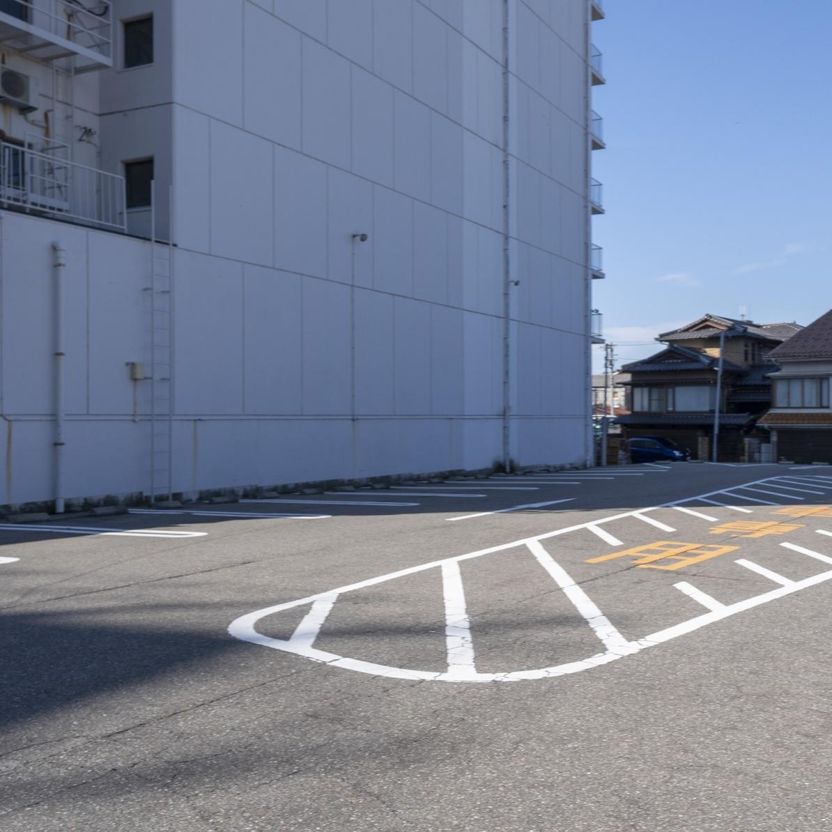 隣接の平面駐車場・大型車は真ん中のゼブラゾーンで予約制です。