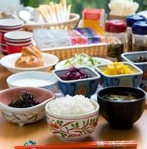 炊きたてご飯が美味しいと評判の無料朝食は6:30〜9:00にお召し上がりいただけます。