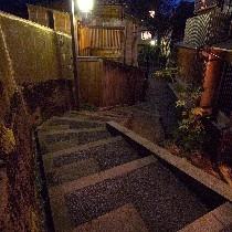 暗がり坂は主計町(かずえまち)茶屋街にございます!江戸の町人の気分に浸りましょう!