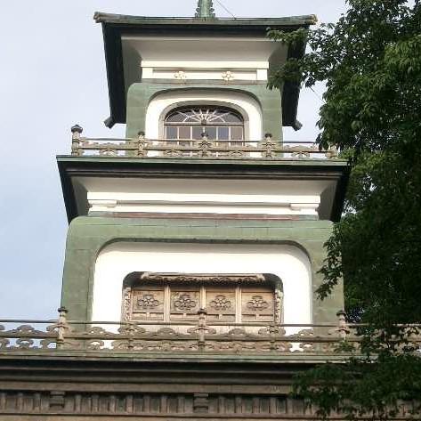 神門の窓にはギヤマンが夕日に輝く