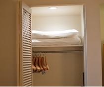 お部屋のクローゼット 低い枕もこちらに入ってます。