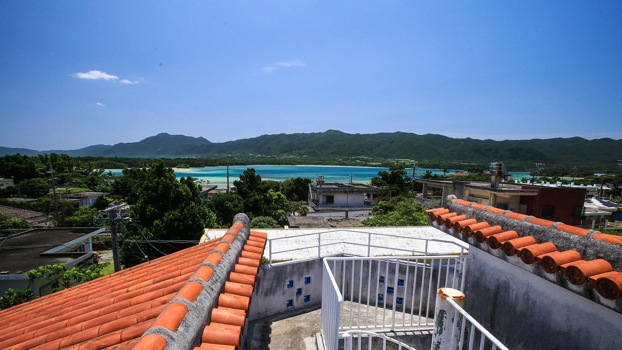 屋上から川平湾の眺望